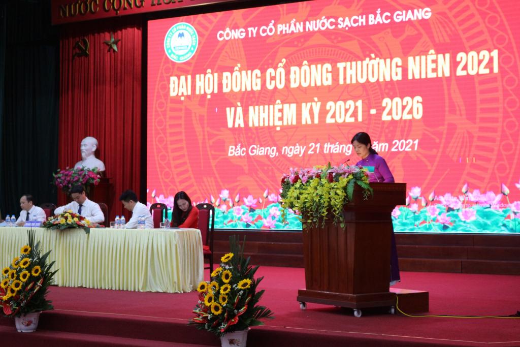 Bà Cao Thị Quỳnh, Thư ký Đại hội trình bày dự thảo Biên bản và Nghị quyết Đại hội